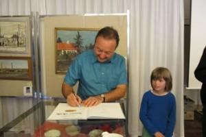 Sally signerer